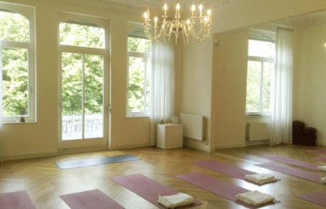 UNIT Yoga Wiesbaden Kursraum mit Matten